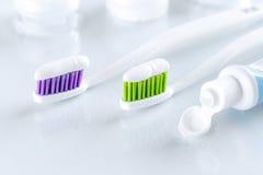 2 зубной щетки на белой предпосылке Стоковая Фотография RF