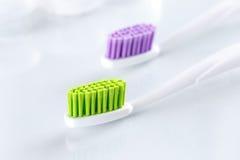2 зубной щетки на белой предпосылке Стоковая Фотография