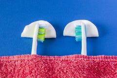 2 зубной щетки повернуты или для того чтобы спать Стоковое Изображение