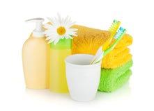 Зубные щетки, бутылки шампуня, 2 полотенца и flowe Стоковые Фотографии RF