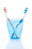 Зубные щетки в голубом пластичном стекле Стоковое Изображение