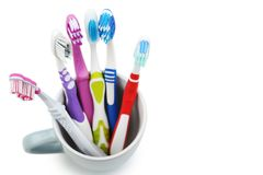 Зубные щетки в чашке стоковая фотография rf