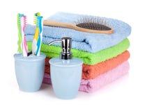 Зубные щетки, жидкостное мыло, hairbrush и полотенца Стоковое Изображение