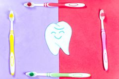 Зубные щетки и зубная паста на красочной предпосылке стоковая фотография rf