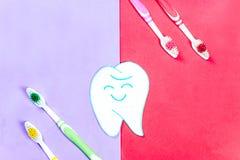 Зубные щетки и зубная паста на красочной предпосылке стоковое изображение rf