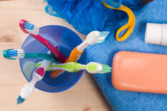 Зубные щетки, мыло, губка, полотенце на деревянном столе Продукты гигиены Взгляд сверху Стоковая Фотография