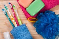 Зубные щетки, мыло, губка, полотенце на деревянном столе Продукты гигиены Взгляд сверху Стоковые Фотографии RF