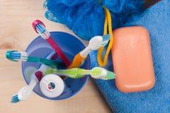 Зубные щетки, мыло, губка, полотенце на деревянном столе Продукты гигиены Взгляд сверху Стоковое фото RF