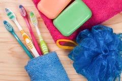 Зубные щетки, мыло, губка, полотенце на деревянном столе Продукты гигиены Взгляд сверху Стоковое Фото