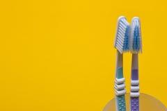 Зубные щетки на желтой предпосылке Стоковое фото RF