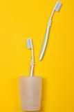Зубные щетки на желтой предпосылке Стоковое Изображение RF