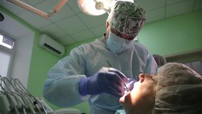 Зубоврачебная деятельность вживления на пациенте на офисе зубоврачевания Размещение зубных имплантатов в реальное pacient акции видеоматериалы