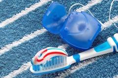 Зубоврачебная зубочистка и голубая зубная щетка стоковая фотография