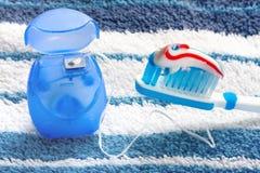 Зубоврачебная зубочистка и голубая зубная щетка стоковое фото