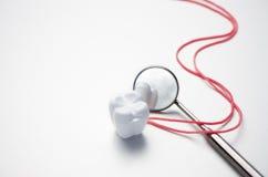 Зубоврачебная коробка зеркала и зуба на белой предпосылке Стоковые Фотографии RF