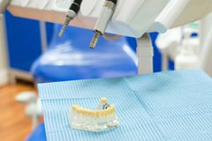 Зубоврачебная плита изолированная в клинике хирургии дантиста Стоковые Фото