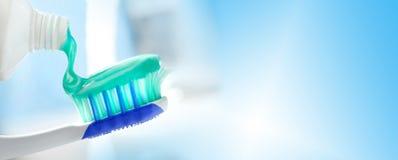 Зубоврачебные щетка и трубка с зубной пастой Стоковое Фото