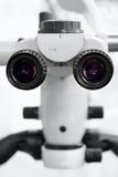 Зубоврачебный медицинский микроскоп для медицинских окуляров конца-вверх деятельности Стоковые Фотографии RF