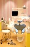 Зубоврачебный офис клиники с оборудованием Стоковые Изображения RF