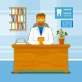 зубоврачебный офис Усмехаясь дантист в костюме на таблице Стоковое Изображение