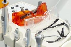 Зубоврачевание изумленные взгляды инструментов аналитика цены и приборы лампы полимерности стоковые изображения