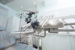 Зубоврачевание, медицина, медицинское оборудование и концепция стоматологии - близкие вверх лампы и зубоврачебной клиники аппарат стоковое изображение