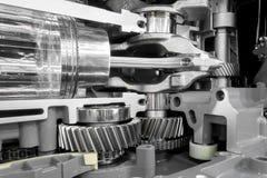 Зубчатые колеса коробки передач двигателя и деталь поршеня Стоковые Изображения RF