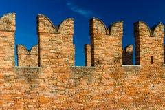 Зубчатые стены в Castelvecchio Вероны Стоковое фото RF