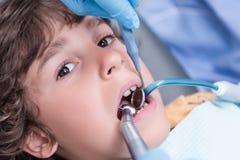 Зубы дантиста рассматривая мальчика Стоковое Фото