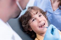 Зубы дантиста рассматривая мальчика Стоковые Фотографии RF