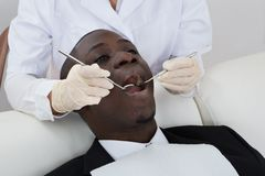 Зубы дантиста рассматривая пациента Стоковые Фото