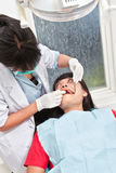 Зубы дантиста examing Стоковая Фотография
