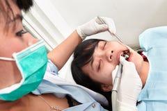 Зубы дантиста examing Стоковое Изображение
