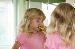 Зубы белокурой девушки чистя щеткой Стоковые Фотографии RF