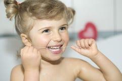 зубы девушки зубочистки чистки маленькие Стоковая Фотография