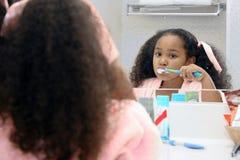 зубы девушки чистки стоковые фото
