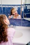 Зубы девушки чистя щеткой Стоковая Фотография