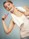 Зубы девушки чистя щеткой Зубы зубоврачебной заботы здоровые Стоковое Изображение