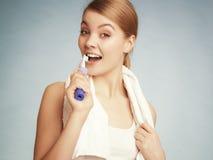 Зубы девушки чистя щеткой Зубы зубоврачебной заботы здоровые Стоковые Изображения