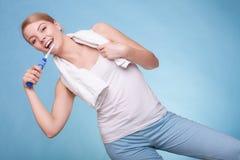 Зубы девушки чистя щеткой Зубы зубоврачебной заботы здоровые Стоковые Изображения RF