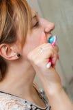 Зубы женщины чистя щеткой Стоковые Изображения