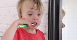 Зубы мальчика ребенк чистя щеткой сток-видео