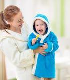 Зубы матери и ребенка чистя щеткой совместно в ванной комнате стоковое изображение