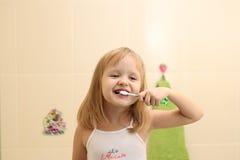Зубы маленькой девочки чистые Стоковая Фотография