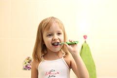Зубы маленькой девочки чистые стоковые фото