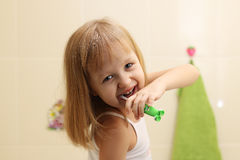Зубы маленькой девочки чистые стоковые фотографии rf