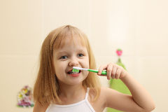 Зубы маленькой девочки чистые стоковая фотография rf