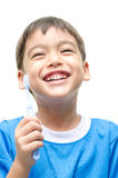 Зубы мальчика чистя щеткой дальше с усмехаться Стоковое фото RF