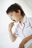 Зубы мальчика чистя щеткой Стоковое Изображение RF