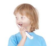 Зубы мальчика чистя щеткой Стоковое Изображение